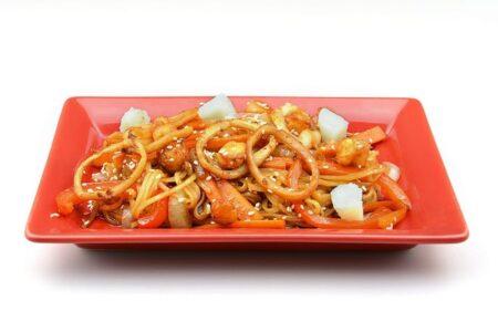 Удон с морепродуктами в устричном соусе